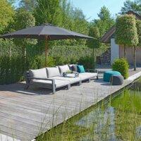 Richten Sie sich einen Entspannungsbereich am Ufer des Schwimmteichs ein.