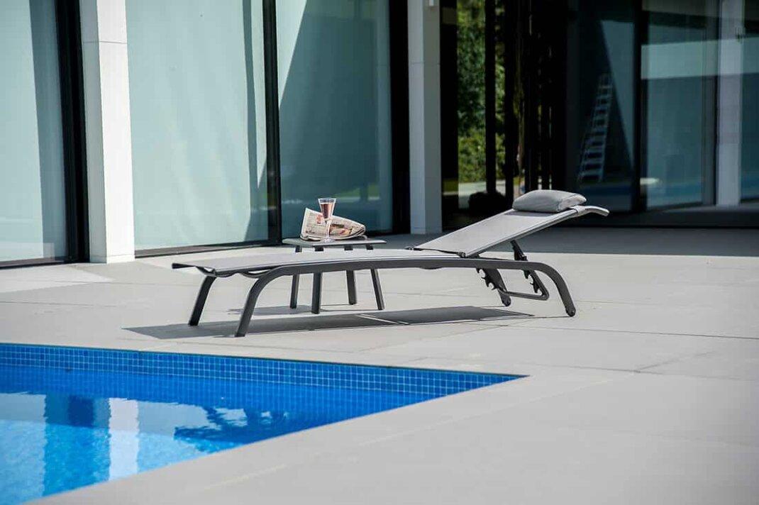 Sonnenliegen sind Pflicht am Pool, um nach dem Baden entspannen zu können.