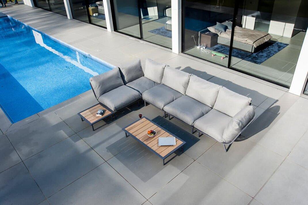 Auf Loungemöbeln können Sie sich nach dem Schwimmen entspannen.