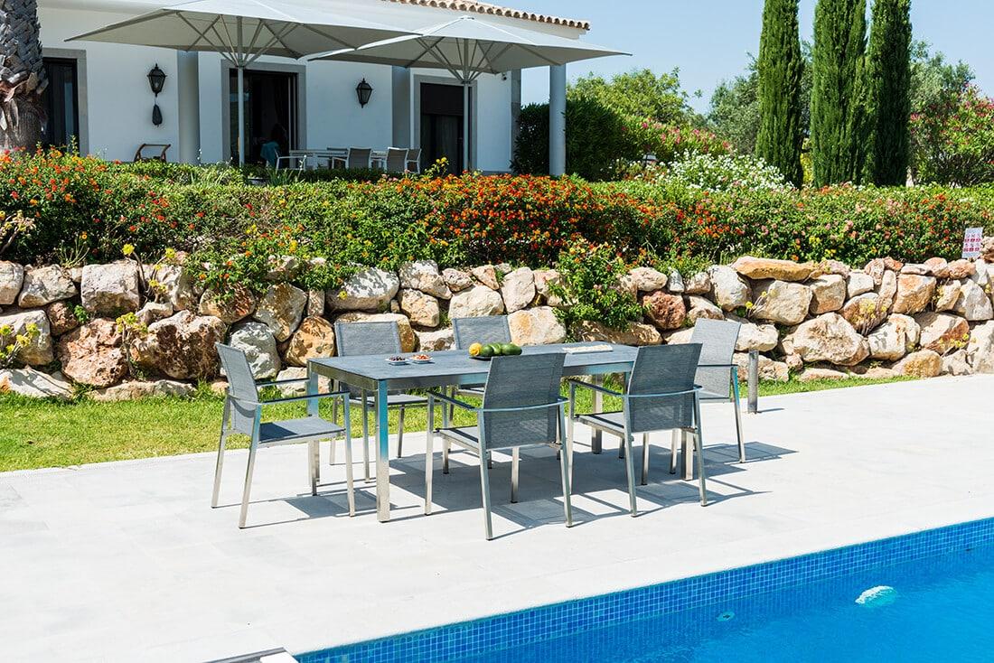 Auch moderne Gartenmöbel können mediterran wirken.