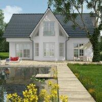 Ein Schwimmteich kann auch modern und minimalistisch angelegt werden.