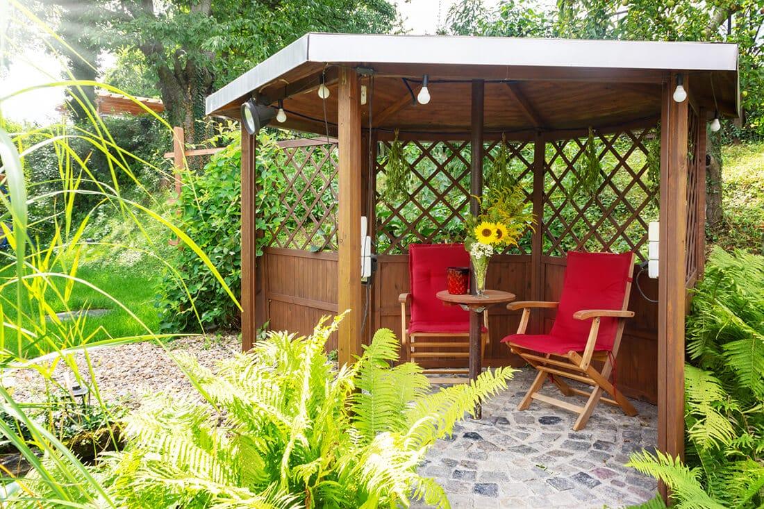 Moderner Gartenpavillon aus Holz.