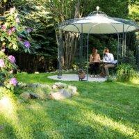 Gartenpavillon aus Metall mit Stoffdach.