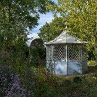 Kleiner aber feiner Gartenpavillon aus Holz.
