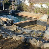 Ein Schwimmteich wird in Schwimmbereich und Regenerationszone aufgeteilt.