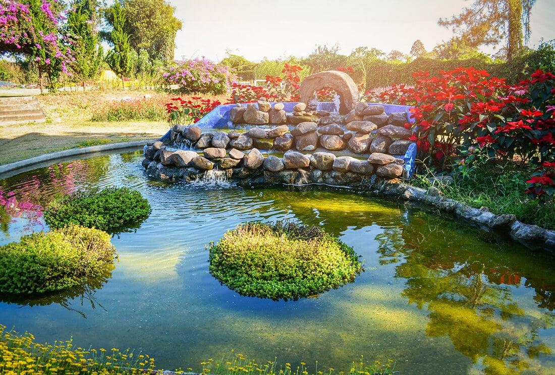 Ein Teich im Garten ist eine natürlichere Alternative zu Zierbrunnen.