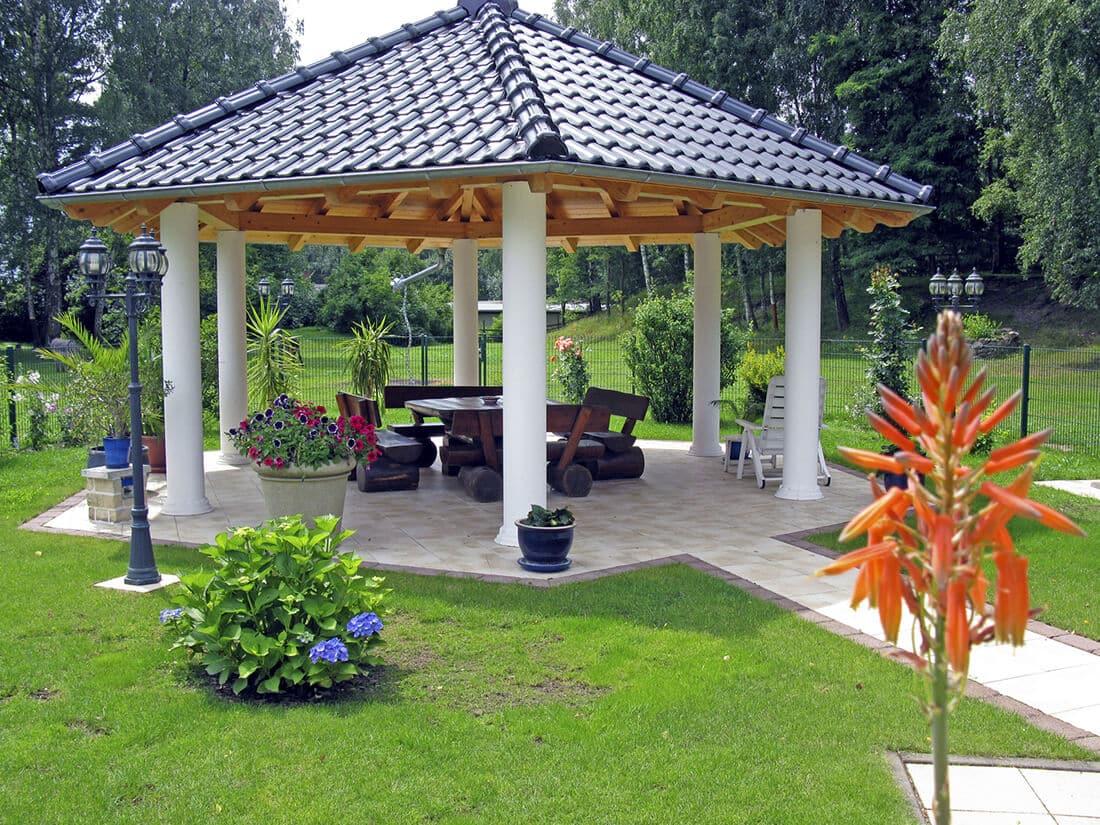 Harmonisch dekorierter Pavillon im Garten.