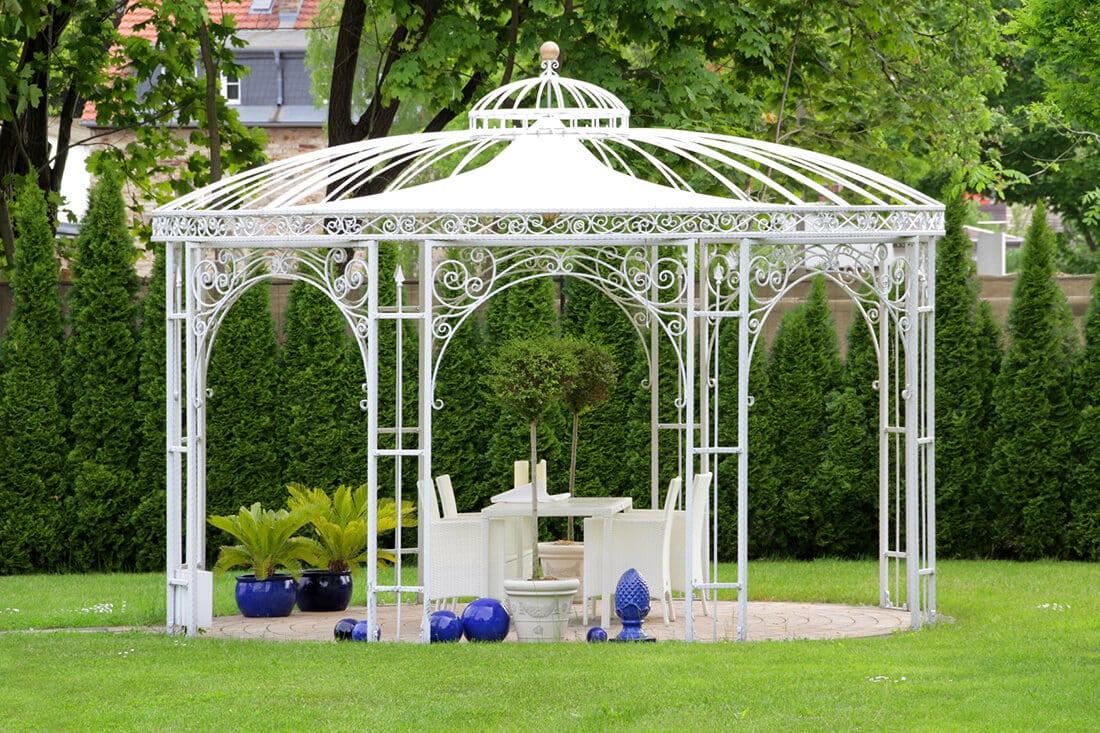 Gartenpavillon aus Metall.