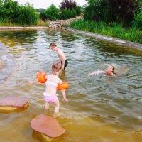Vor allem Kinder haben mit einem Schwimmteich ihre Freude.