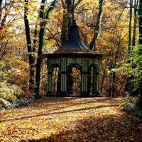 Historischer Gartenpavillon im herbstlichen Garten.