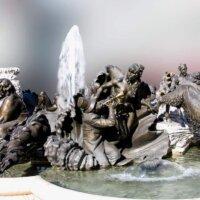 Quellstein mit detailverliebter Darstellung.