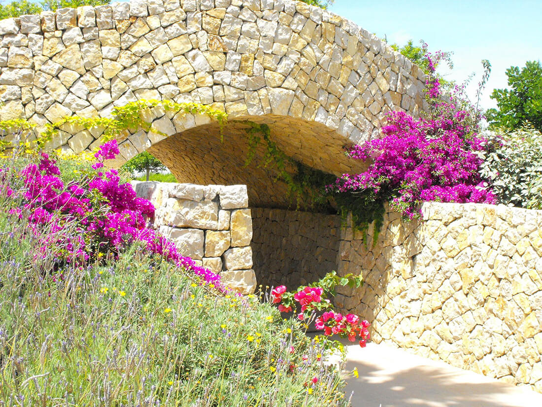 Naturstein darf im mediterranen Garten nicht fehlen.