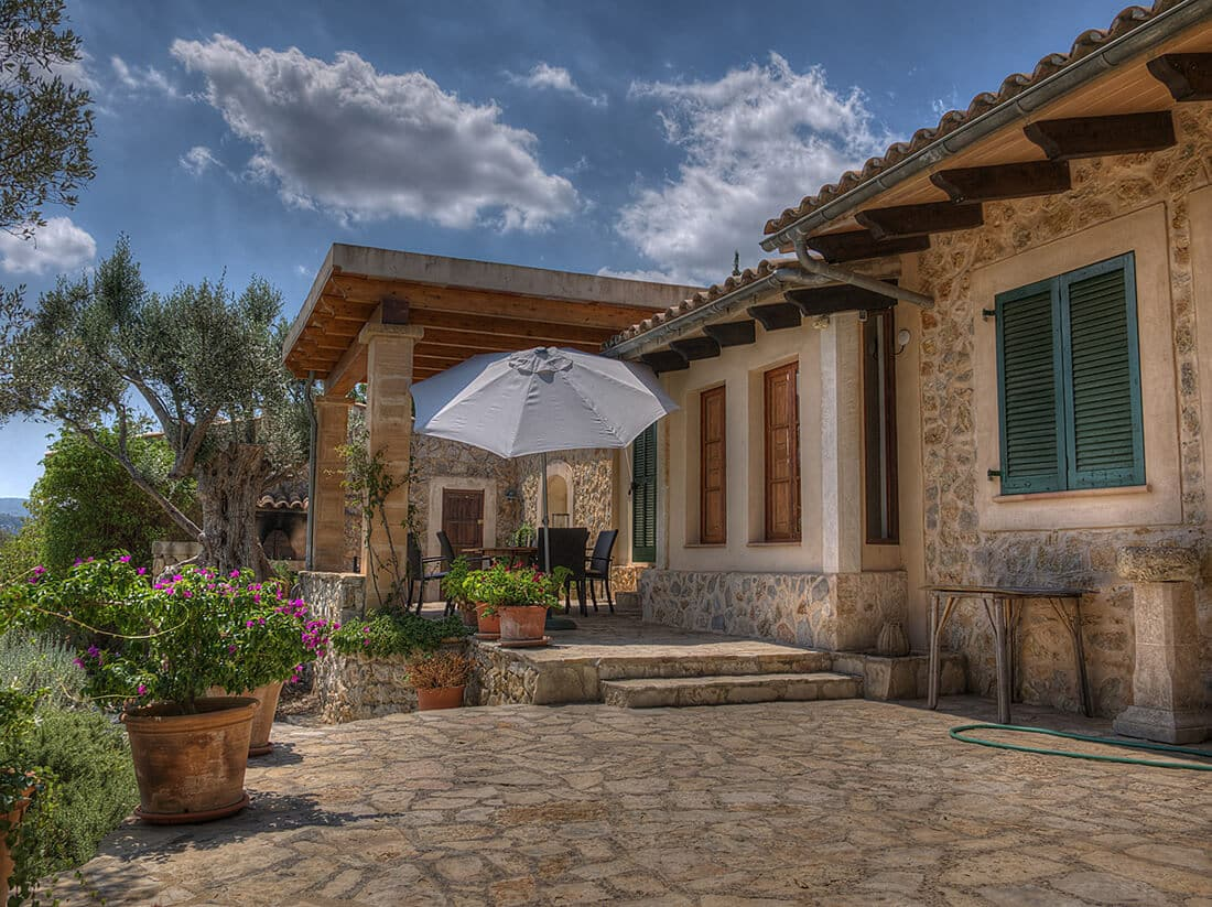 Eine Terrasse mit Naturstein versetzt Sie in den Urlaub.
