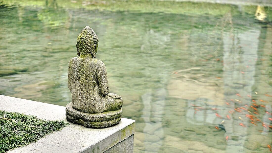 Buddha Figur am Gartenteich