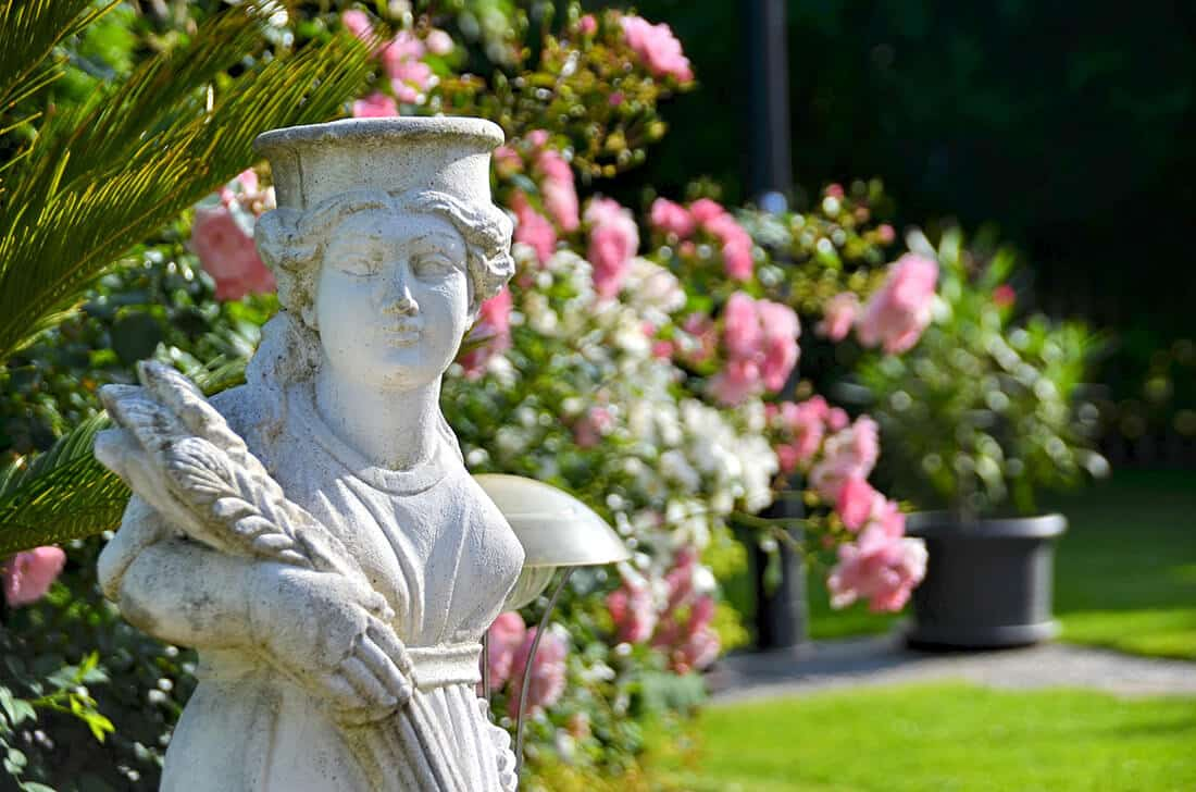 Skulpturen sind typisch für den mediterranen Garten.