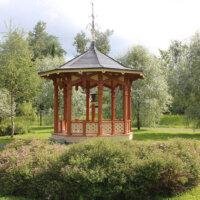 Gartenpavillon als Blickfang in der Mitte des Gartens platziert.
