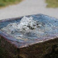 Eleganter Quellstein-Brunnen.