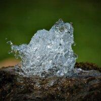 Wild Sprudelnde Quelle im Stein.