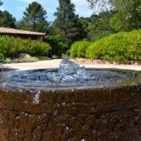 Kleiner Quellbrunnen im mediterranen Garten