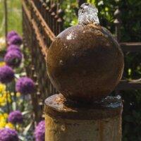 Quellstein als Dekoelement im Garten.