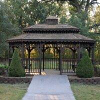 Holzpavillon am Rand des Gartens.