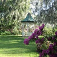 Kleiner Holzpavillon im romantischen Stil.
