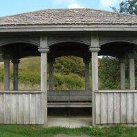 Einfacher Gartenpavillon aus Holz.