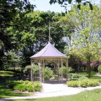 Gartenpavillon aus Metall mit spitzem Dach.