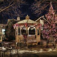 Gartenpavillon im Winter mit Lichterketten dekoriert.