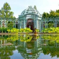 Auch in historisch gestalteten Gärten passt ein Koiteich perfekt rein.