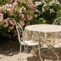 Gartenmöbel als Blickfang im mediterranen Garten