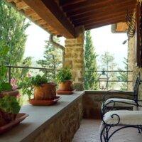 Mediterrane Terrasse mit Weinpflanzen