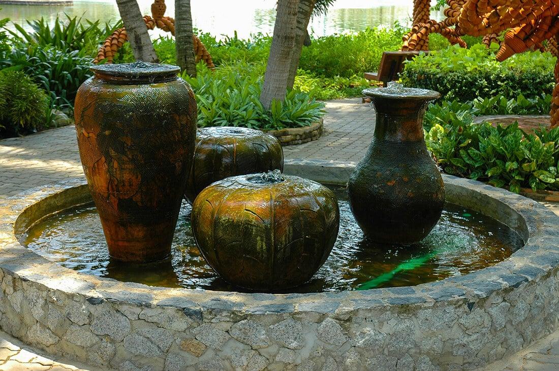 Quellsteine im Brunnen integriert