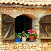 Dekoriertes Fenster im mediterranen Stil