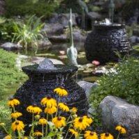 Quellsteine in Form von Kübeln.