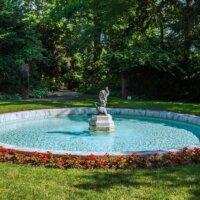 Auffälliger Gartenbrunnen