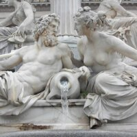 Brunnen mit detailierten Skulpturen