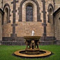 Detailverliebter Gartenbrunnen mit Fabelwesen