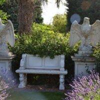 Gartenfiguren im mediterranen Garten