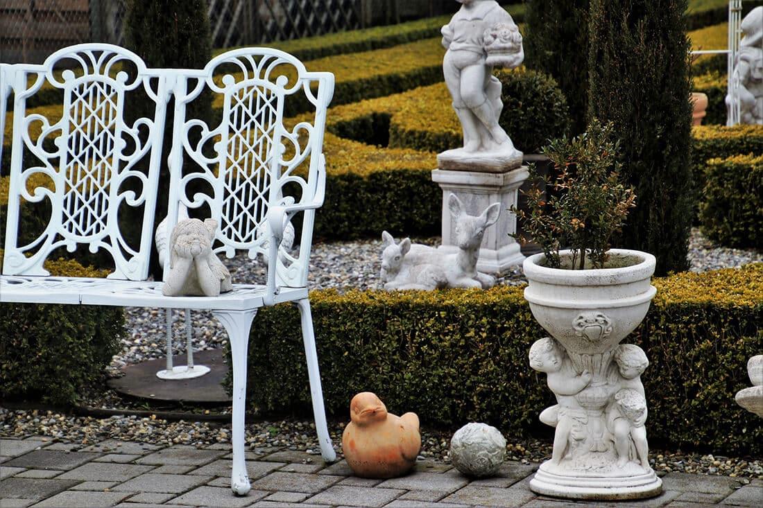 Gartenfiguren im romantischen Garten