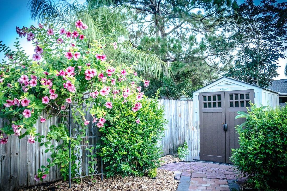 Gartenhütte im romantischen Garten