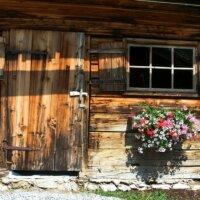 Gartenhaus aus Holz mit Blumendeko