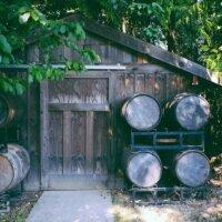 Gartenhaus aus Holz mit Fässerlager
