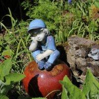 Kleiner Junge als Gartenfigur