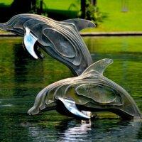 Lebensgroße Delfine als Gartenfiguren