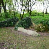 Liegende Frau als XXL-Gartenskukptur