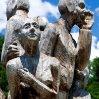 Männer aus Holz als lebensgroße Gartendeko