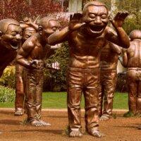 Skukpturen lachender Männer in XXL