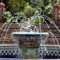 Springbrunnen im mediterranen Garten
