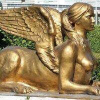 Statue in Gold in Lebensgröße